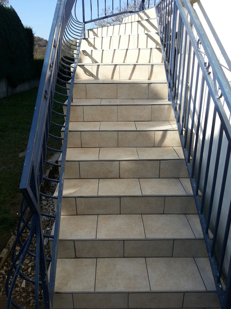Carrelage exterieur escalier id es de for Carrelage decoratif exterieur