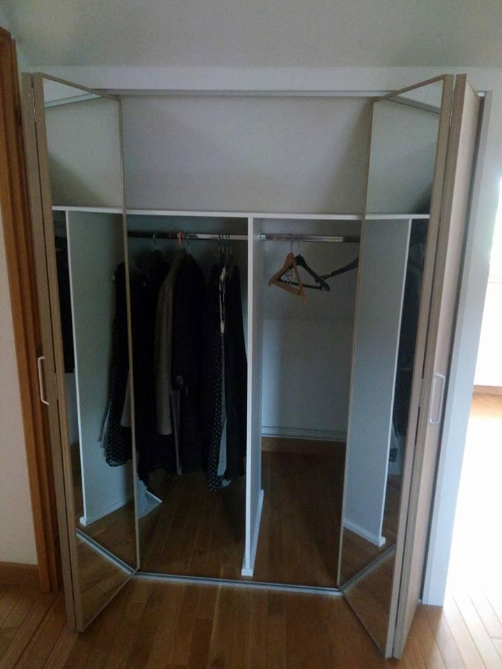 pose de portes pliantes kazed en sous pente avec 2 penderies 6. Black Bedroom Furniture Sets. Home Design Ideas